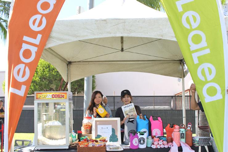 「LeaLeaマーケット・オリジナルズ」のブースには、畳むとスパムむすびになるエコバッグや地元アーティストが手掛けたハイドロフラスクなど、ハワイ限定商品がずらり。