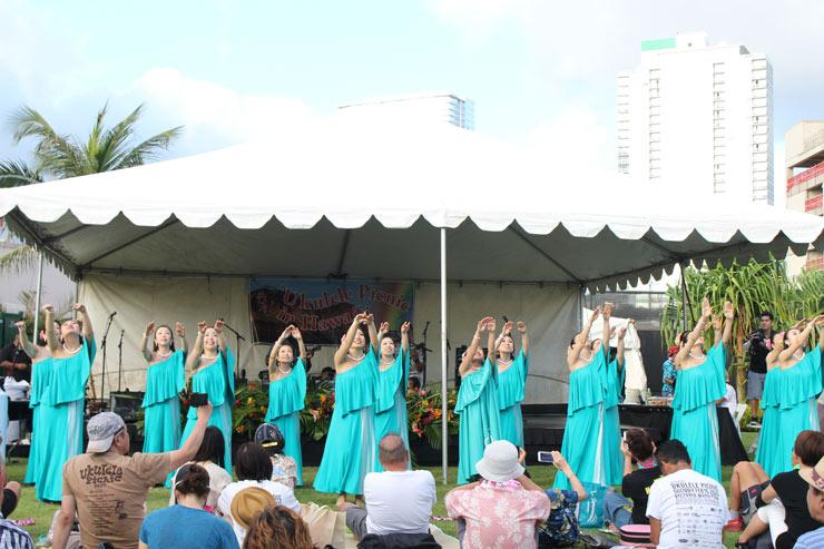 ウクレレ演奏に合わせて、日本のフラ・ダンサーズたちが華麗な舞を披露。