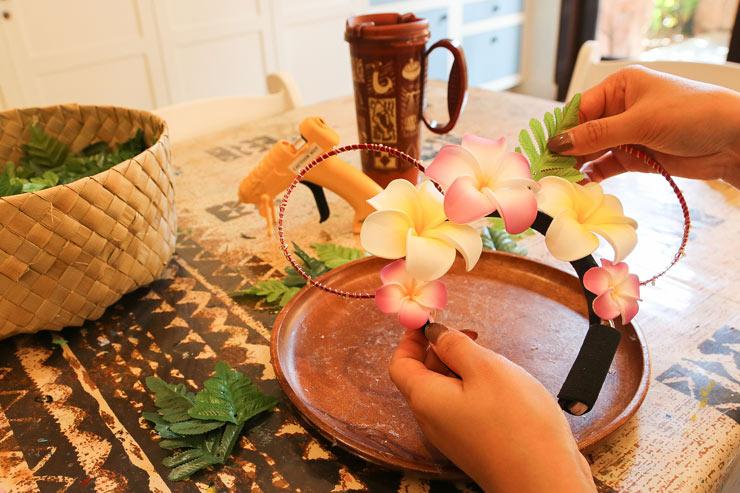テーブル席で葉っぱ(付け放題!)と一緒に、接着剤を使ってカチューシャへ貼り付けます。
