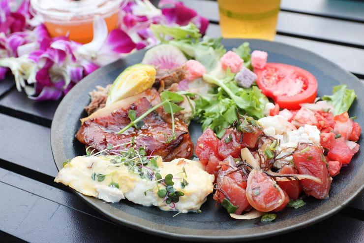 私は好物のポキポケを中心に、肉や魚をたっぷり盛り付けました。新鮮な野菜も種類が豊富で嬉しい。