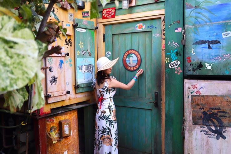こちらは「MAMA'S SNACK STOP」という軽食のお店の従業員入り口。