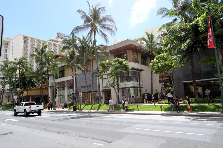 カラカウア・アベニューを挟んだ向かい側はロイヤル・ハワイアン・センター