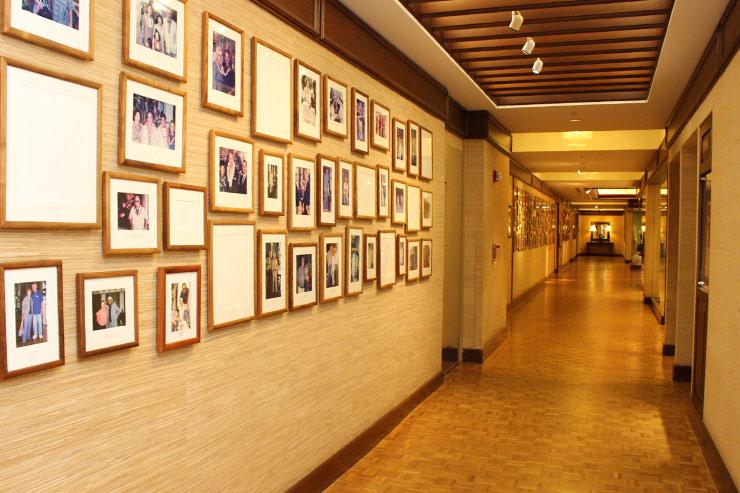 著名人の写真が飾られたカハラホテルの廊下