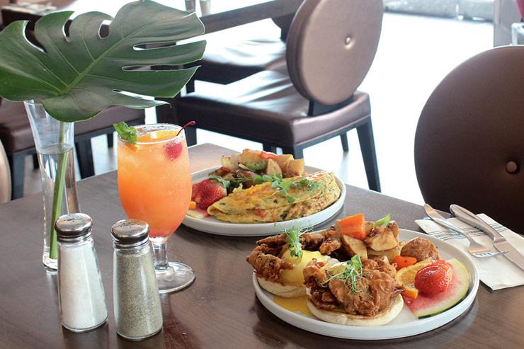 ソフトシェル・クラブ・ベネディクト$22、チョリソー・オムレツ$15/ハワイ産卵と手作りのオランデソースを使用