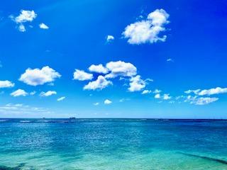 ハワイの青い空と海