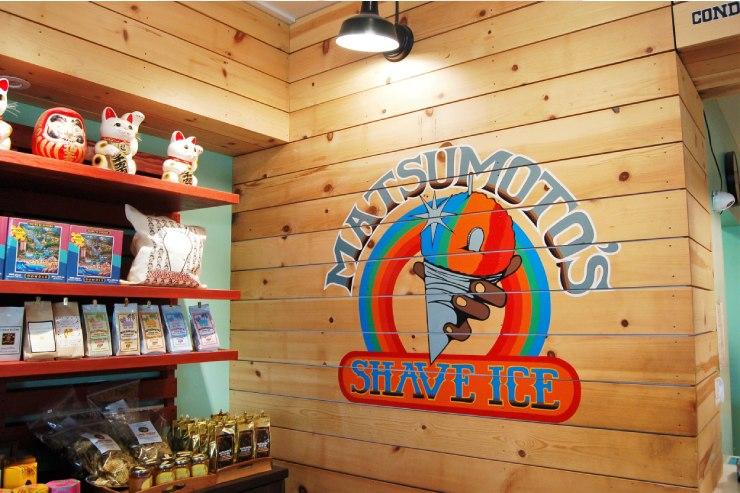 虹色のシェイブアイス店のオリジナルグッズが購入可能