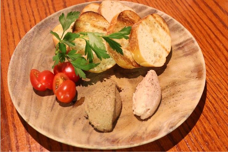 鶏レバーとスパムのムースのクロスティーニ($10)