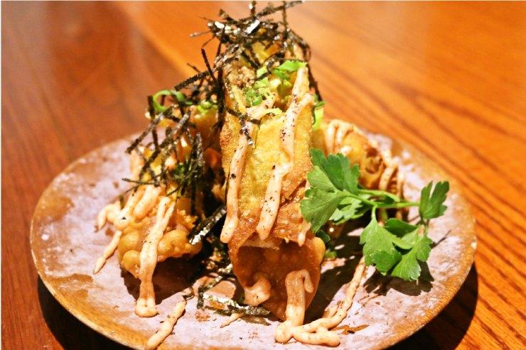 カルアポークともちチーズの揚げ春巻き 明太マヨ($10)