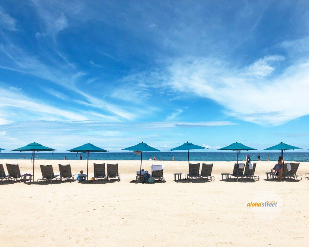 綺麗に並んだビーチチェアがかわいい
