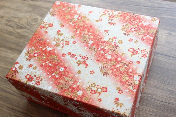 華やかで和の情緒がたっぷり感じられる千代紙が貼られた特注ボックス