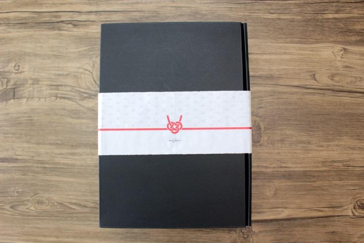 外側は黒、内側は赤の配色が大人っぽいボックスに、のし紙付きのパッケージ