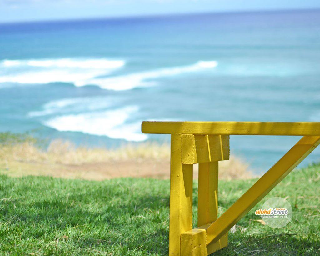 海を見下ろすお気に入りの黄色いベンチ