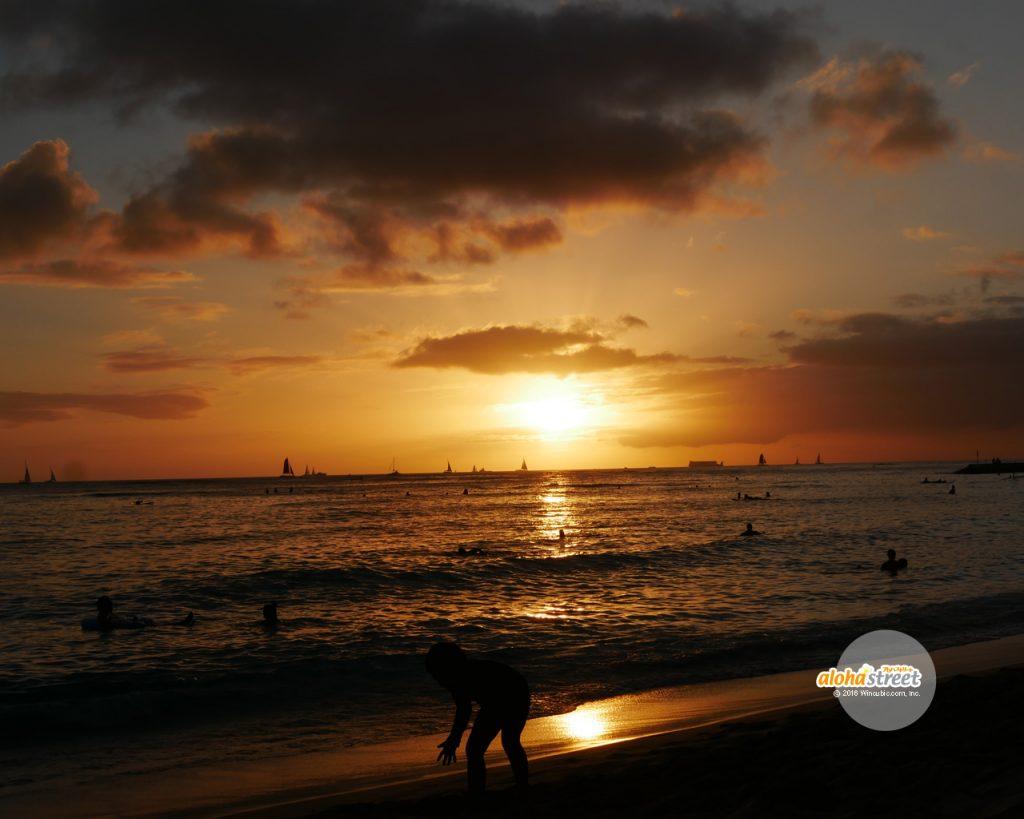 空も海もオレンジに染まる特別な時間