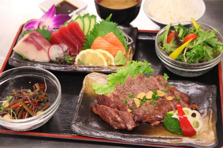ステーキ&お刺身がセットになった「ビーフステーキ定食」(2階でオーダー可能):$27