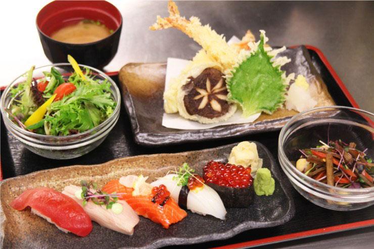 お寿司と天ぷらのコンビネーションの「寿司定食」(2階でオーダー可能)