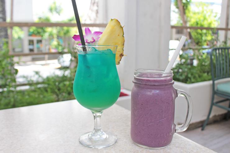 「ブルーハワイ」(写真左/$10)、「エナジー」(写真右/$7.5)といったアルコール、スムージーメニューも充実