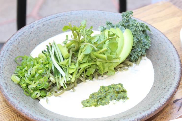 特注のそば粉を使った「ローカル野菜 冷やしモリンガ蕎麦 豆乳胡麻だれ」($17.5)