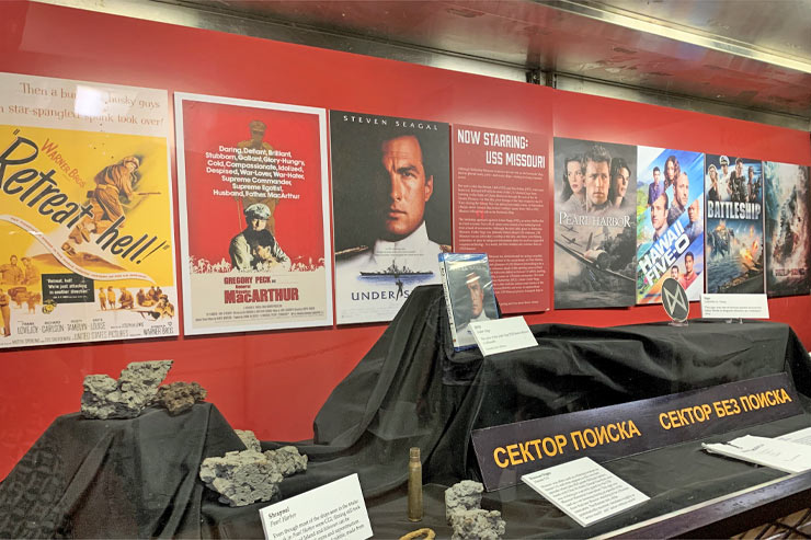 戦艦ミズーリ号で人気映像作品の展示を見学