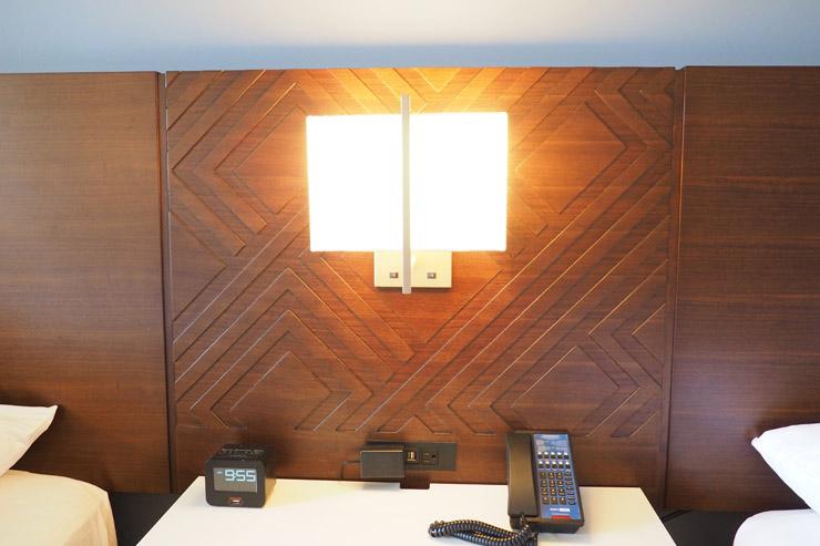 ベッドサイドの照明は片方ずつにスイッチが付いているので明るさの調整が可能