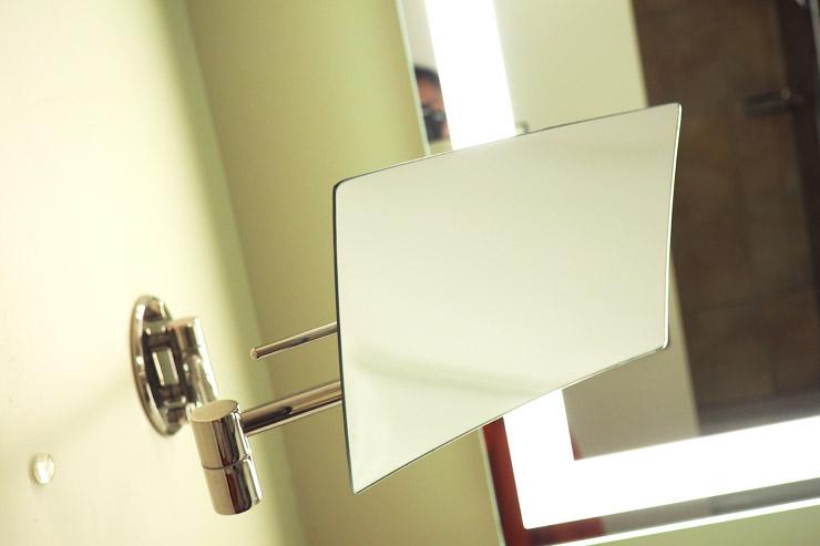 拡大鏡はメイキャップの時に便利