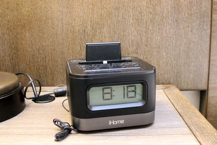 目覚まし時計機能&ポータブルプレーヤー用ジャック付きラジオ