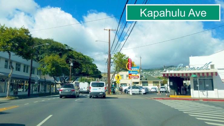 カラカウア大通りからカパフルへ左折