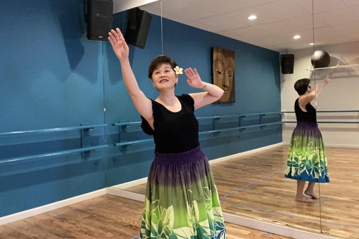 カカアコにあるウエルネス施設「スティル&ムービングセンター」のフラの日本語クラスがオンラインで受講可能。楽しみながらステップや手の動きなどフラの基礎が学べます。