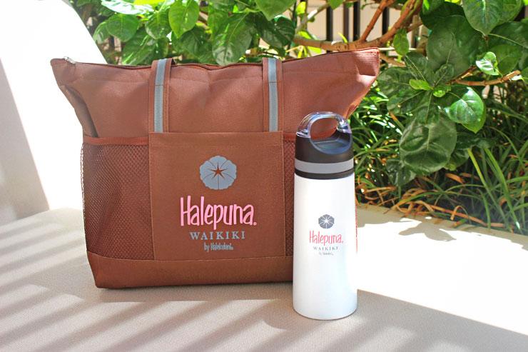 ハレプナ ワイキキ バイ ハレクラニのロゴ入りボトル+ビーチバッグ(オリジナルミニバッグ付き)